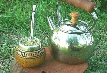 Ceai-Mate, cana gourda, ceainic cu apa si paiul bombilla, Foto: green-mom.com