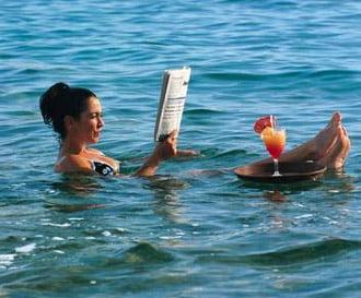 Inotul in apa de la Marea Moarta, Foto: readanddigest.com