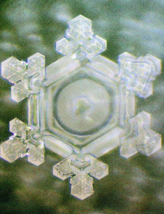 Molecula de apa expusa unei voci care multumeste, Foto:serenityspell.com