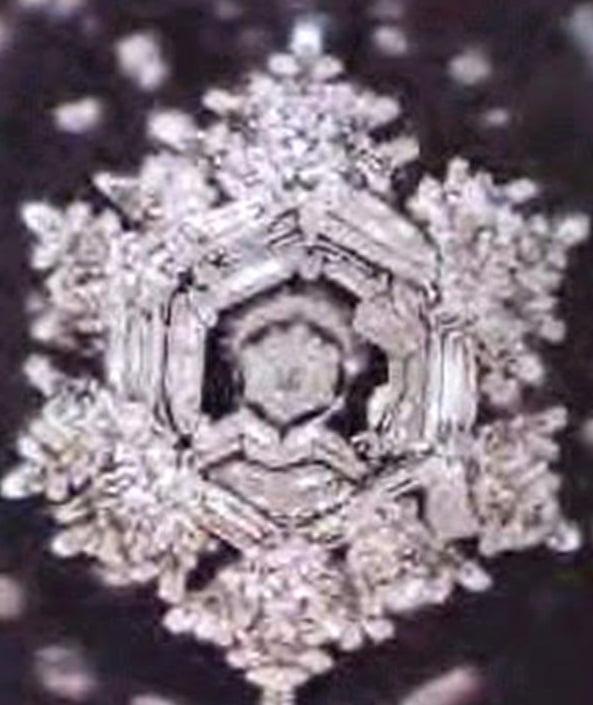 Molecula de apa care a fost sub influienta unei rugaciuni transmise de 2 difuzore