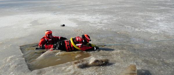 Salvarea de la inec din apa unui lac inghetat, Foto: greatlakes.coastguard.dodlive.mil