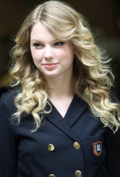 Coafura frumoasa pentru femei cu par lung blond cu bucle, Foto: zhairstyles.com