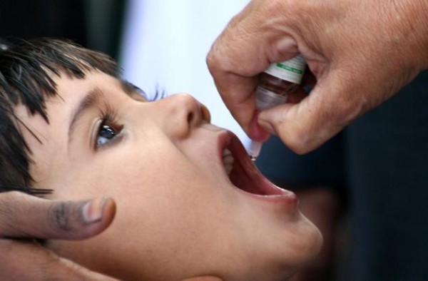 Administrarea vaccinului Polio oral la copii, Foto: akshayadoraisamy.blogspot.com