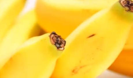 Bananele contin multe fibre si potasiu.
