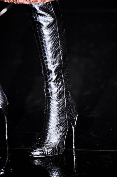 Cizme negre din piele de sarpe, marca Gucci, Foto: thebestfashionblog.com