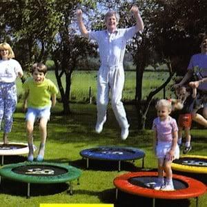 Exercitiile la trambulina sunt distractive pentru cei mari si pentru cei mici., Foto: aguidetoahealthierlife.blogspot.com