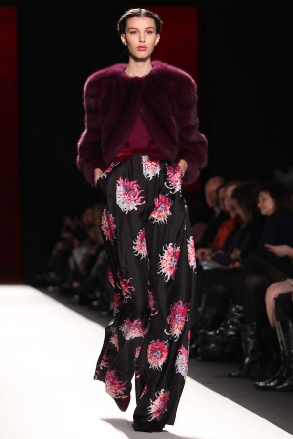Pantaloni cu imprimeu, creatie Carolina Herrera, Foto: furinsider.com