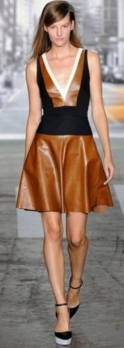 Rochie cu decolteu adanc marca DKNY, Foto: gorodmod.com