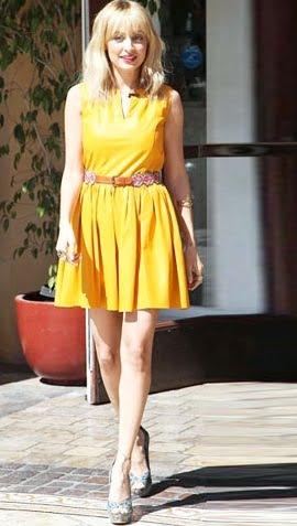 Rochie galbena din piele cu o curea maro in talie, Foto: leatherfads.com