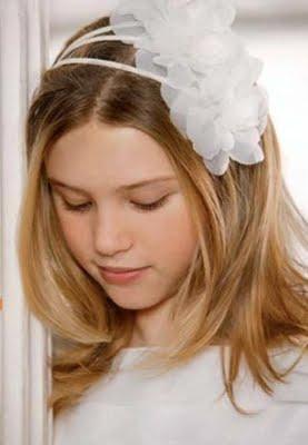 Coafura cu diadema si accesoriu alb in par, Foto: modelatucabello.blogspot.ro