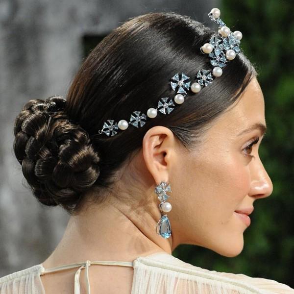 Coafura cu parul prins la spate si diadema cu pietre albastre si perle albe, Foto: modelatucabello.blogspot.ro