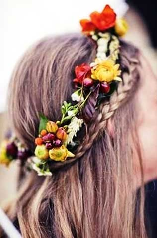 Coafura cu suvitele de par impletite si coronita din flori pe cap, Foto: modelatucabello.blogspot.ro