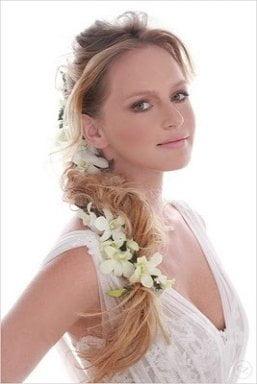 Coafura eleganta cu flori albe in par, Foto: modelatucabello.blogspot.ro