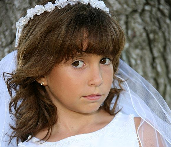 Coafura pentru fetita imbracata in mireasa, Foto: modelatucabello.blogspot.ro