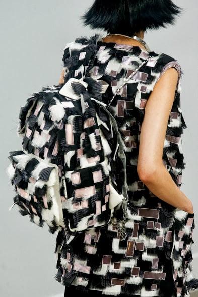 Tinuta si rucsac la moda in 2014, Foto: gnitide.blogspot.ro