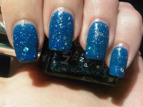 Manichiura in nuante de albastru pentru Craciun, Foto: queenoffriggencrap.blogspot.ro