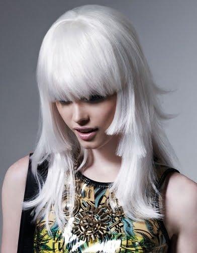 Coafura asimetrica pentru par blond platinat, Foto: topofblogs.com