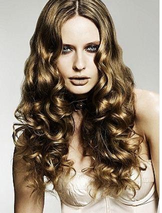 Coafura pentru femei cu par ondulat, Foto: hairstyletrendceleb.blogspot.com