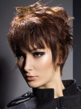 Coafura pixie cu suvitele mai lungi pe partile laterale, Foto: direct-hairstyles.com