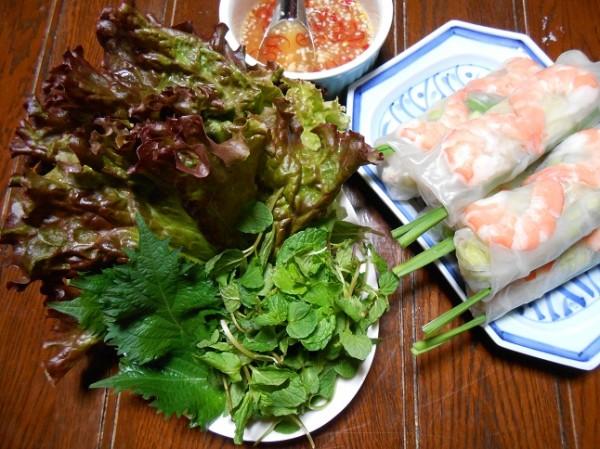 Meniu japonez - Fructe de mare (creveti) si salata verde, coriandru si menta, Foto: dasenkakc.exblog.jp