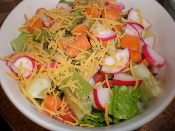 Salata cu ridiche, morcovi, rosii, kiwi, marole si castraveti, Foto: trimarni.blogspot.com