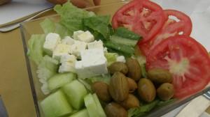 Salata cu rosii, castraveti, masline si cubulete de branza, Foto: arteecucinadaclo.blogspot.ro
