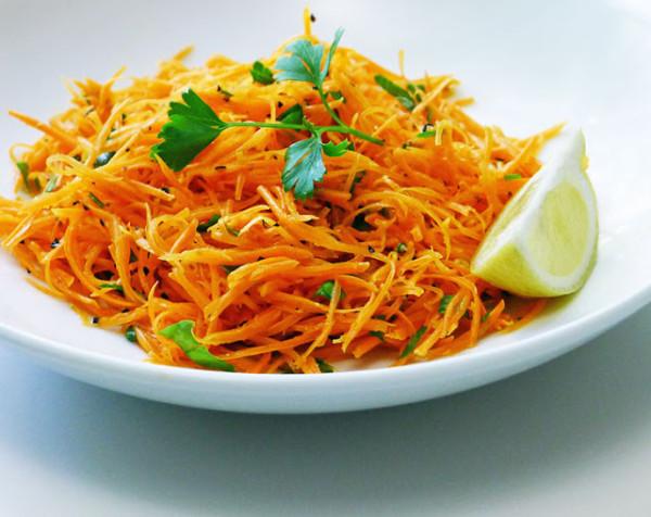 Salata de morcovi cu lamaie, patrunjel, un strop de ulei de masline si sare, Foto: cookingweekends.blogspot.ro