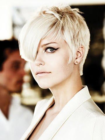 Tunsoare asimetrica pentru par blond, Foto: hairstyles-galaxy.com