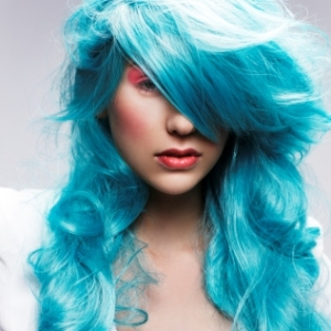 Tunsoare moderna pentru par lung in nuanta albastru-deschis, Foto: westwoodhair2.blogspot.ro