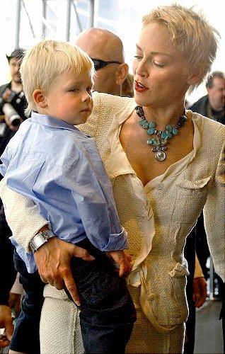 Actrita Sharon Stone cu un colier elegant cu pietre turcoaz, Foto: starcandydesigns.blogspot.ro