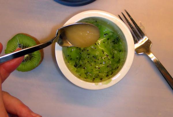 Amestecarea ingredientelor pentru masca cu kiwi, Foto: lisaliseblog.com