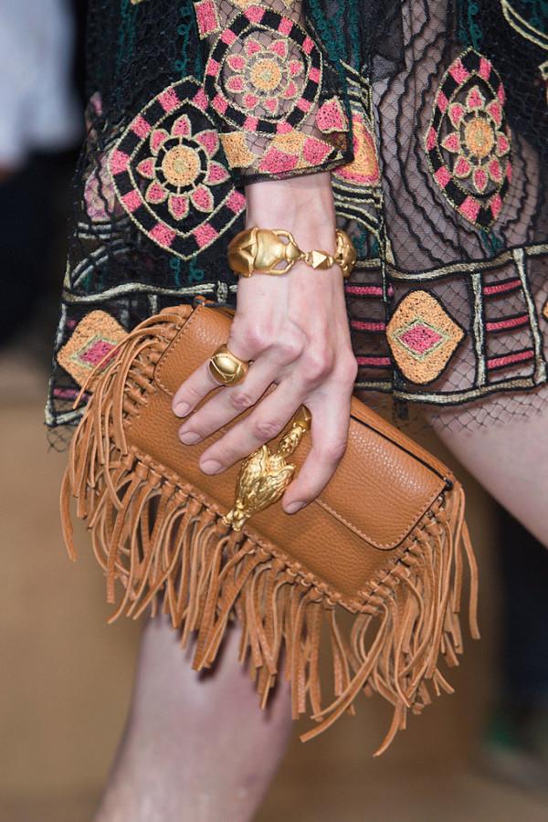 Geanta cu franjuri marca Valentino, Foto: fashionologie.com