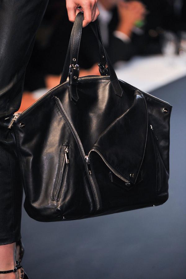 Geanta neagra cu accesorii, marca Jean Paul Gaultier, Foto: fashionologie.com