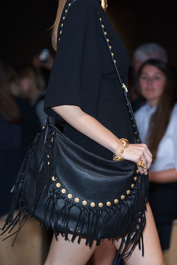Model de geanta cu franjuri marca Valentino, Foto: fashionologie.com