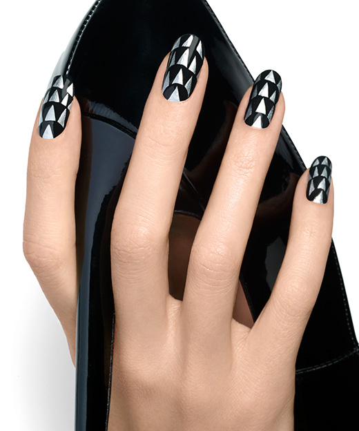 Negrul metalizat este la moda in 2014, Foto: essie.com