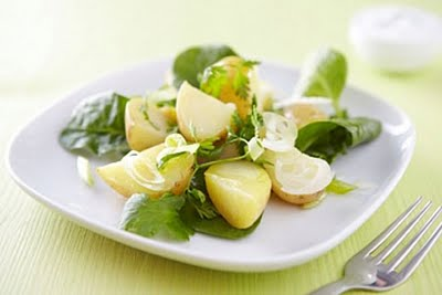 Salata de cartofi fierti, ceapa, coriandru, spanac, asmatuchi, sos de iaurt, sare si ulei de masline, Foto: uteisfuteiseindispensaveis.blogspot.ro