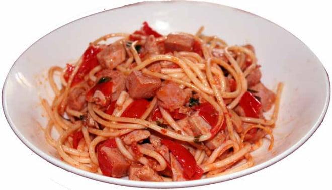 Spaghete cu ton, roșii cherry, usturoi, busuioc, sare, piper, lămâie și ulei de măsline