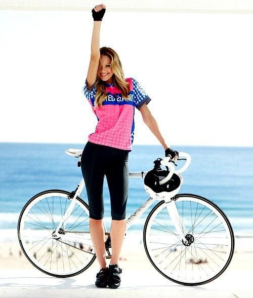 Candice Swanepoel merge cu bicicleta, Foto: wednesdaylegs.wordpress.com