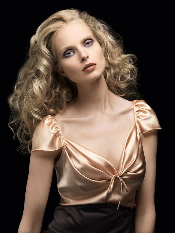 Coafura deosebita pentru balul de absolvire, Parul este ondulat, lung si blond, Foto: hairstylesee.com