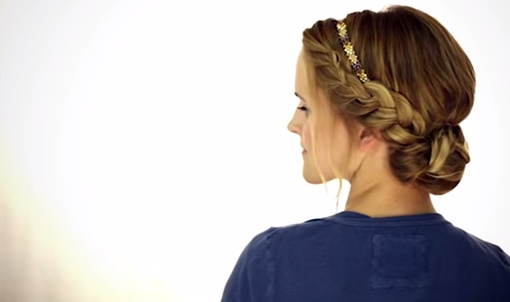 Coafura eleganta, cu bentita fina pe cap, parul prinsin coc la spate si suvite de par impletite pe ambele parti si prinse si ele la spate