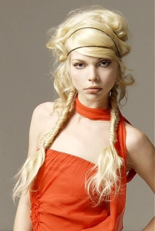 Coafura interesanta la moda in anul 2014, potrivita pentru o tanara cu parul lung si blond, Foto: hairstylesee.com