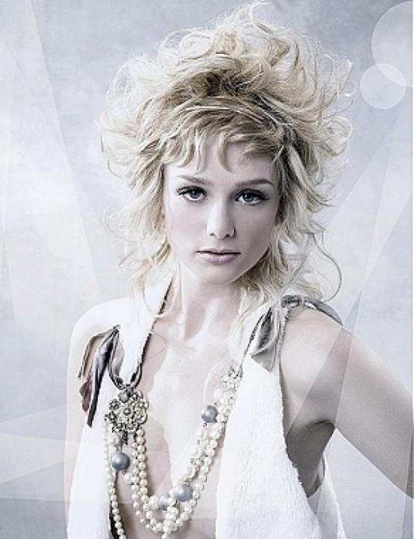Coafura pentru o tanara cu parul scurt cu bucle mari, Foto: hairstylesee.com