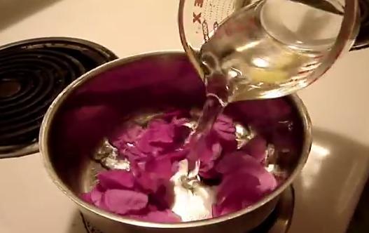 Se pune apa calda peste petalele de trandafir