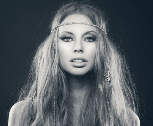 Coafura eleganta pentru femei cu parul lung inspirata din moda hippie, Foto: intricidsalon.com