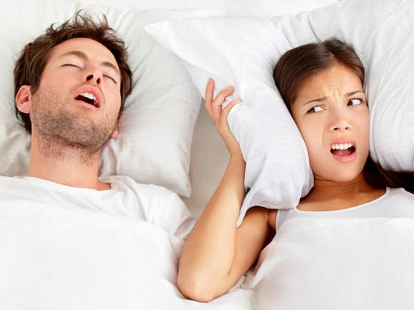 Zgomotul produs de sforaitul perturba propriul somn si pe cel al partenerului, Foto: omgpissmeoff.com