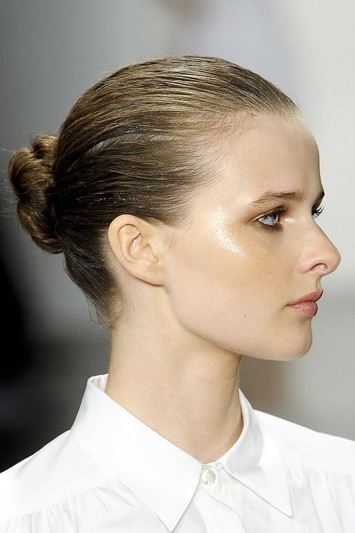 Coafură cu părul prins în coc, Foto: hairstyles-galaxy.com