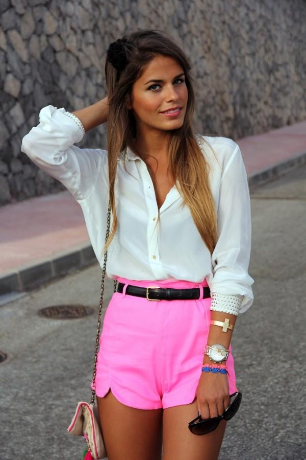 Pantaloni scurți roz neon la modă în această vară, Foto: stilettosandtequila.wordpress.com