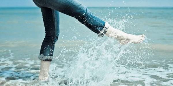 Apa rece ajută la dezumflarea picioarelor vara, Foto: femmedorient.com