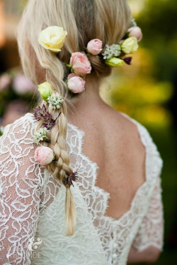 Coafură cu părul impletit ăn codiță și trandafiri mici gașbeni și roz, Foto: fashiondivadesign.com