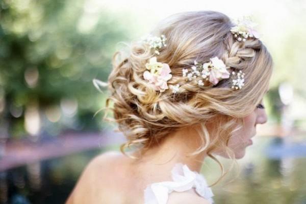 Coafură elegantă cu flori fine în păr, Foto: fashiondivadesign.com